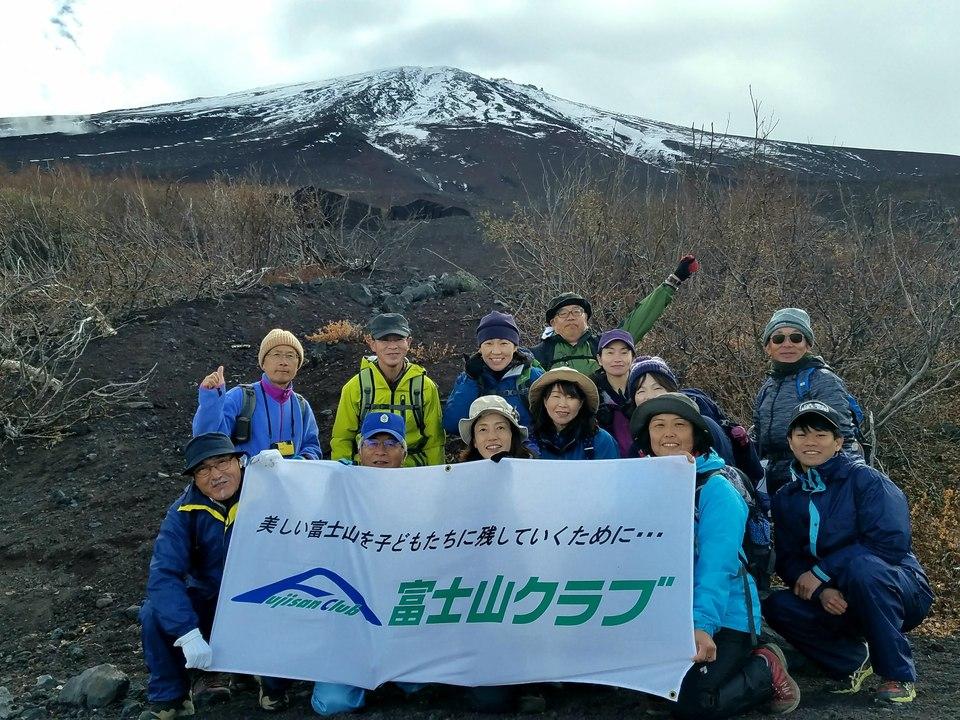 富士山を眺める登山・秋