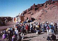 運んだ杉チップが、富士山クラブ山頂バイオトイレに投入されるのを見守る社員のみなさん