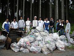 毎回2トントラックがいっぱいになるほどのゴミを回収する。