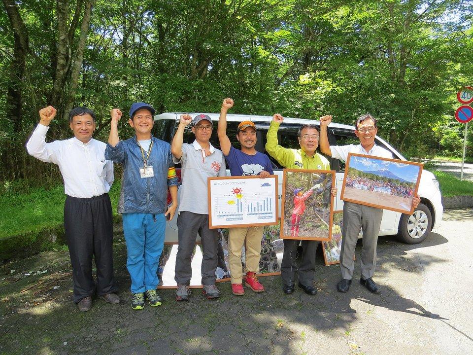 望月義夫環境大臣が富士山麓の不法投棄視察