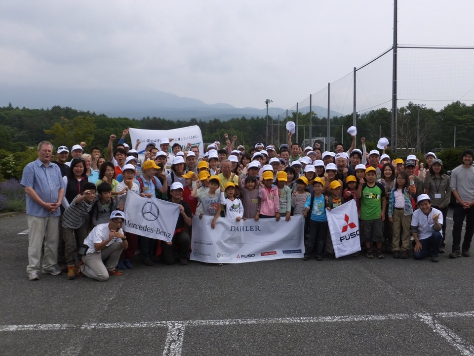 日本におけるダイムラー・グループの皆様と産業廃棄物不法投棄現場でゴミと奮戦!
