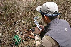 GPS携帯電話を活用したごみの調査活動の様子