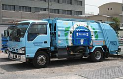 毎日新聞のPPバンドとビニールカバーを回収する、エコ・エイトの専用車